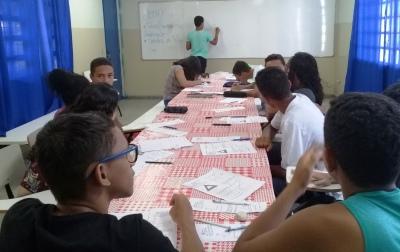Manoel é monitor de matemática e ajuda os colegas a sanar dificuldades