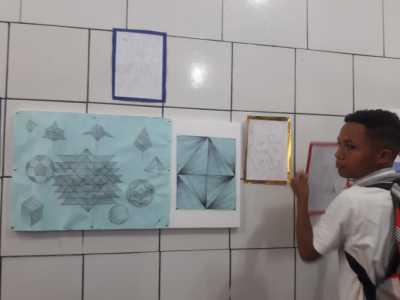 Estudante expõe as criações da sala de aula