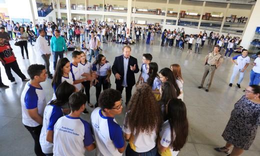 O Governador Carlesse conversou com os alunos sobre os diferenciais da escola de tempo integral Elizângela Glória