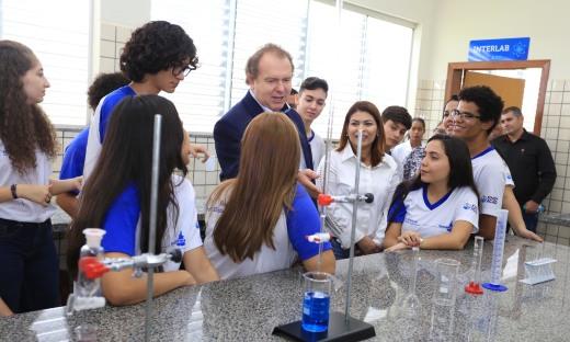 O Governador conheceu as instalações da escola e assistiu os alunos realizarem experimentos químicos