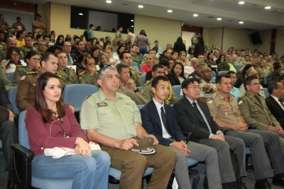 Participantes lotam o auditório.jpeg