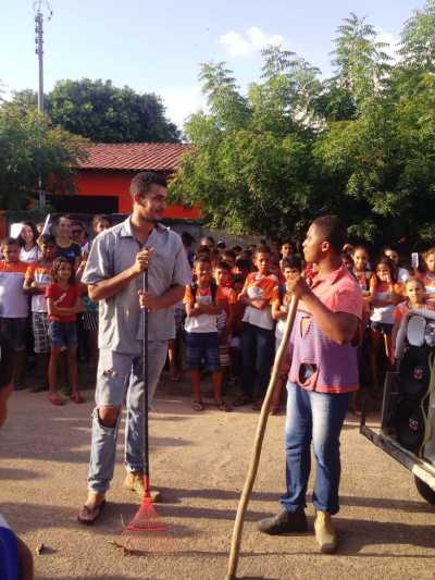 A equipe da Escola Dr. Ulisses Guimarães realizou várias apresentações durante a caminhada