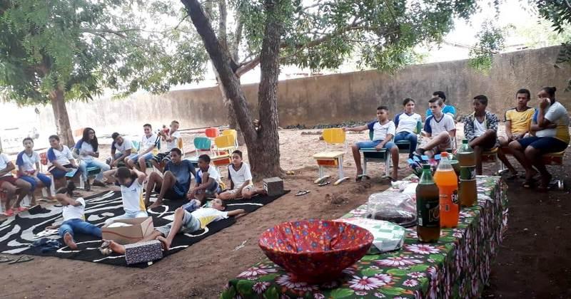 Estudantes de Tupirama participam de atividades de leitura em área verde da escola