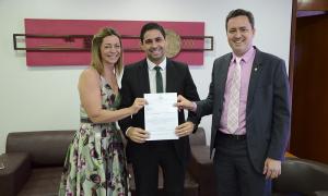 O secretário, Rolf Costa Vidal (C), recebeu das mãos do defensor público-geral, Murilo da Costa, e da subdefensora pública-geral, Stellamaris Postal o nome do novo defensor público-geral no Tocantins para 2019/2021