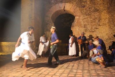 Grupo Mãe Ana, de Natividade, dança a suça nas ruínas da Igreja de Nossa Sra. do Rosário dos Pretos