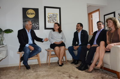 Vice-governador e demais autoridades em visita ao interior do apartamento decorado do Residencial Vênus