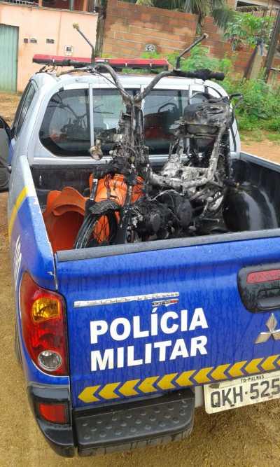 A moto roubada foi incendiada pelos criminosos.