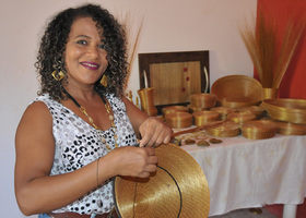 Nascida no Jalapão, Durvalina é mestre no manuseio do capim dourado