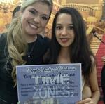 A estudante Sofia Dias exibe o certificado de conclusão