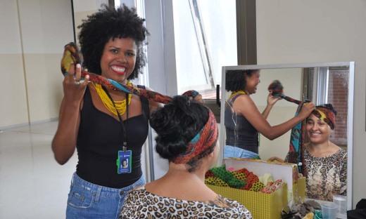 A técnica de enfermagem há 15 anos no HGP, Leila Rejane Alves Carvalho, adorou aprender dicas de turbantes