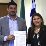 Secretária Adriana Aguiar e reitor da Unitins, Augusto Campos, durante assinatura de parceria