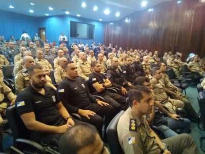 Agestes assistindo aula inaugural de curso tático