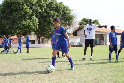 Aula de futebol orientada pelo professor Giba, ex-jogador do Fluminense do Rio.JPG