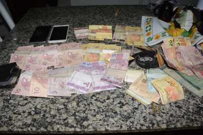 Dinheiro e celulares foram apreendidos.jpeg