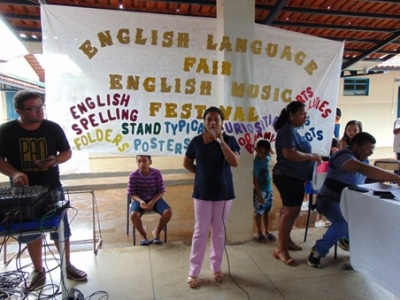 Professora Reijane Stempien representante da DRE de Porto Nacional, na Feira de Língua Inglesa fazendo as considerações sobre o evento._400.jpg
