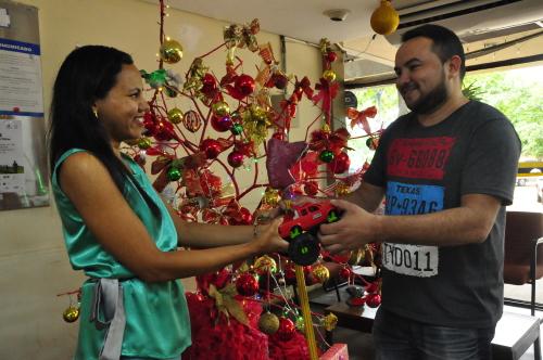 Servidor da Secad Cássio Murilo recebe doação para o projeto natal Toca Feliz