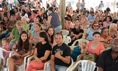 Centenas de pessoas participam da solenidade de entrega das unidades habitacionais do Pró-Moradia