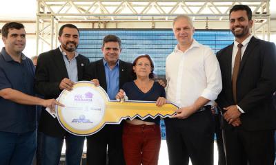 A dona de casa recebe das mãos do vice-governador Wanderlei Barbosa a chave da sua unidade habitacional