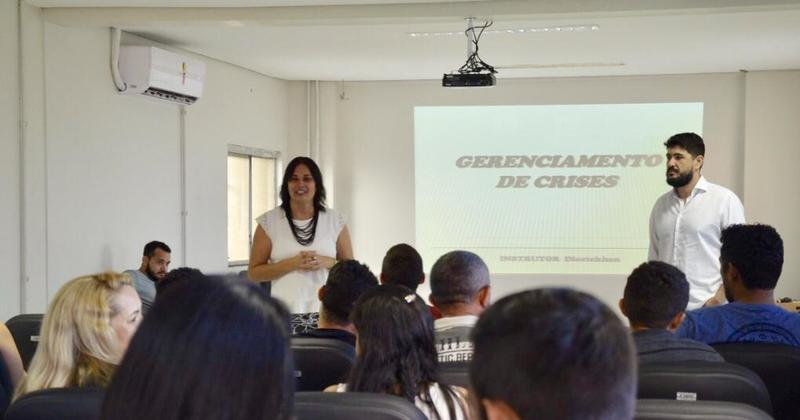 Rute Andrade abre o curso de Gerenciamento de Crises  para os servidores do Sistema Socioeducativo, com a participação do professor Diostekhan Rocha.