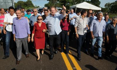 Lideranças políticas, prefeitos, o vice-governador Wanderlei Barbosa e o governador Mauro Carlesse caminharam pela rodovia, atestando a qualidade da obra realizada