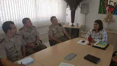 Secretária Adriana Aguiar e o chefe do Estado Maior da PM, coronel David Montelo Monteiro, apresentam o diretor do CPM, o capitão Tiago do Nascimento