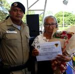 Maria Aurora Pereira de Melo, mãe do 2º sargento Junivaldo Pereira de Melo (in memoriam) que empresta o nome à turma, recebe homenagem