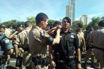 Agente recebe braçadeira do tático