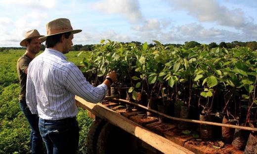 Secretário Leonardo Cintra e o proprietário da Fazenda Agropecuária