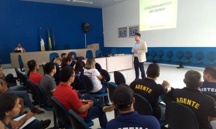 Professor Diostekhan Rocha ministrando curso de Gerenciamento de Crise para servidores do Sistema Socioeducativo