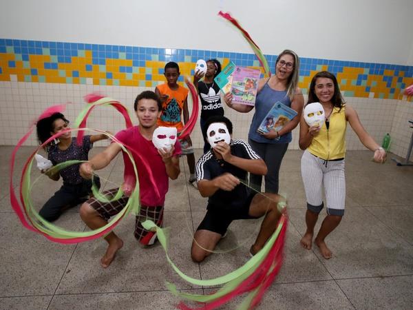 Alunos aprendem valores como autocontrole, viver em harmonia com os colegas nas aulas de dança