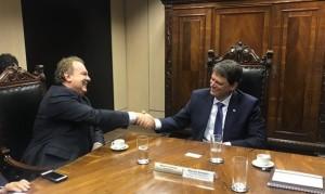 Governador Mauro Carlesse durante audiência com o ministro Tarcísio Gomes de Freitas