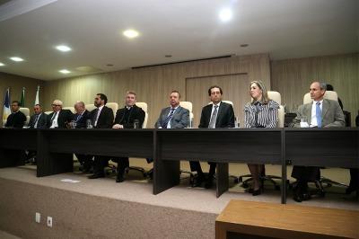 Mesa de autoridades na posse do novo defensor público-geral