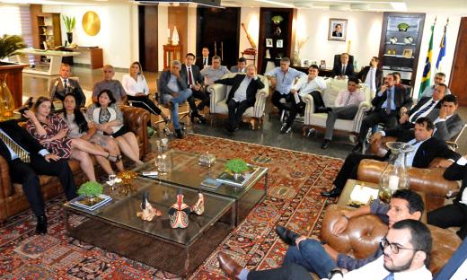 O governador do Tocantins, Mauro Carlesse, convidou os deputados estaduais para conhecerem os detalhes da reforma administrativa