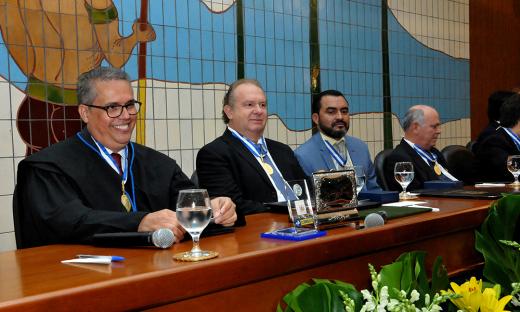 A homenagem ocorreu durante a sessão solene de posse da nova Mesa Diretora do TCE-TO