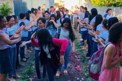 Um chuva de pétalas marcou a recepção dos alunos novatos do programa Escola Jovem em Ação