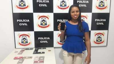 Proprietária recebe seu aparelho recuperado pela Polícia Civil