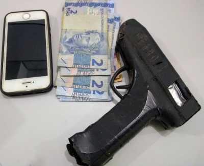 Simulacro de arma de fogo apreendido com um dos criminosos._400.jpg