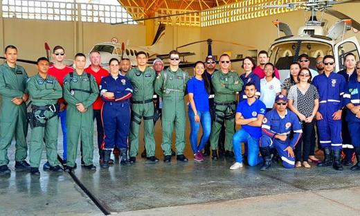 Servidores do Samu e tripulantes do Ciopaer durante aula prática no hangar do Governo do Estado