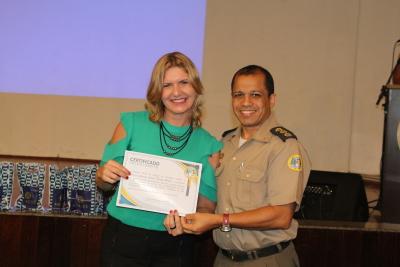 Coronel entrega certificado para palestrante.JPG