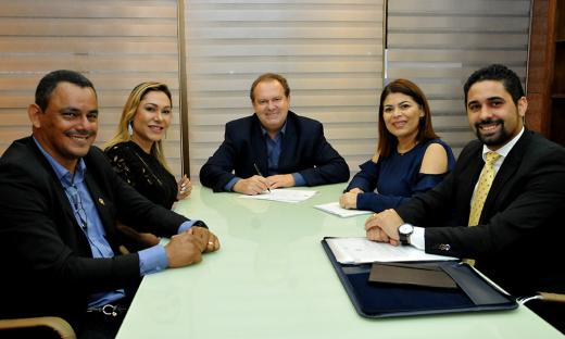 Programa de Incentivo à Leitura teve a autoria da deputada estadual Luana Ribeiro, que também participou do ato de sanção da Lei