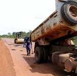 Cinco trechos de rodovias estão sendo beneficiados para melhorar a malha viária do estado e garantir a trafegabilidade da população