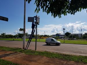 Veículo da Metrologia trafega na via para verificação de radar