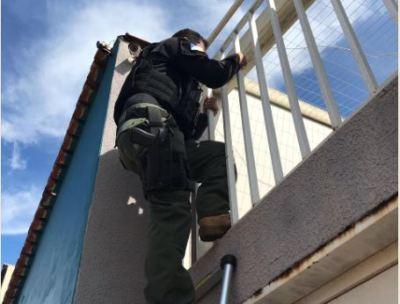 Policial civil durante cumprimento de mandados judicias da operação Walking Dead