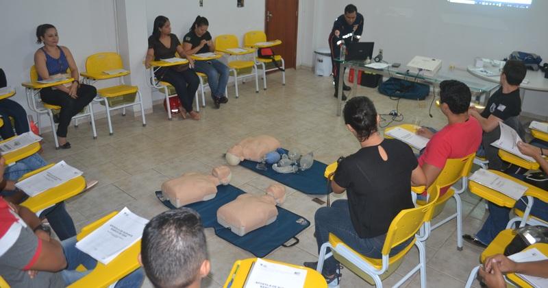 Servidores do Sistema Socioeducativo em treinamento com profissional do Samu