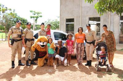 Visita da equipe do Proerd em casa de criança