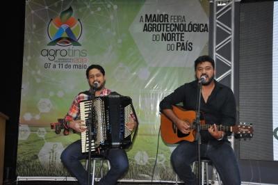 """Os cantores Rafael Dias e Cauã fizeram uma breve apresentação no evento, apresentando um repertório do """"sertanejo raiz""""."""