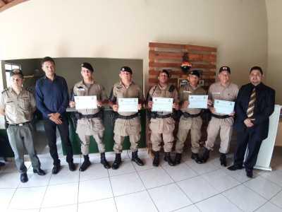 Militares exibem a homenagem recebida.jpeg