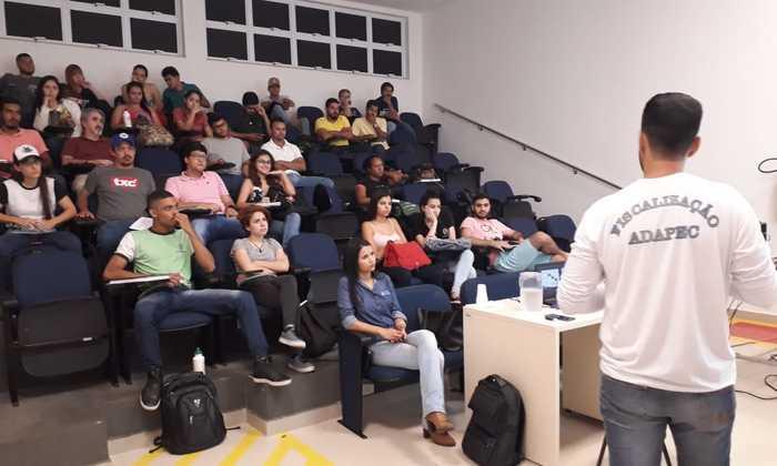 Estudantes da Faculdade Católica recebem informações da Adapec sobre rotulagem de produtos