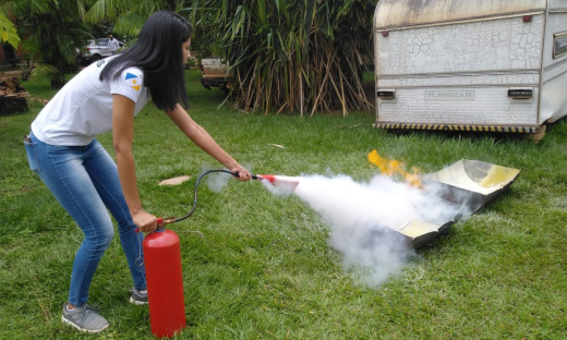 Atividade prática da oficina de prevenção a incêndio e primeiros socorros, com uso de extintor