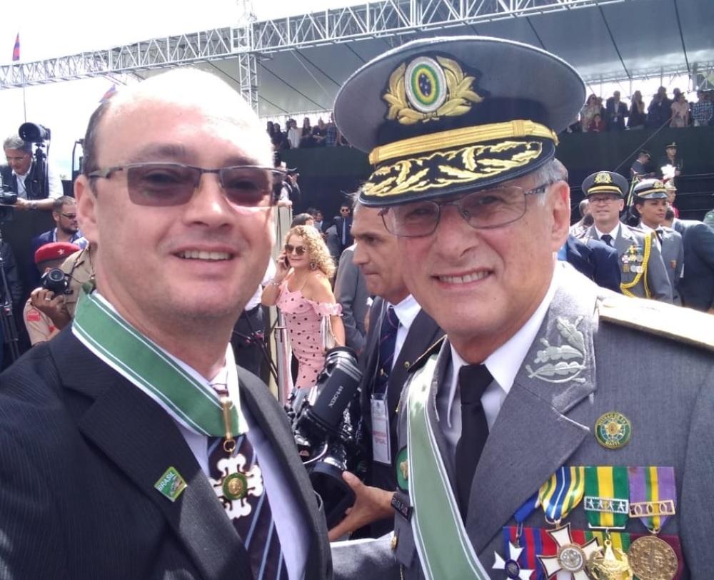 db20af8933 Secretário Cristiano Sampaio recebe condecoração do comandante do Exército  Brasileiro general Edson Leal Pujol ...